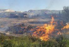 Bombers del SPEIS controlen un aparatós incendi de palés en un terreny de Bacarot