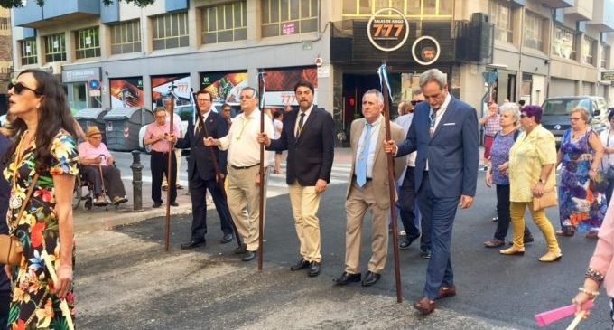 L'Alcalde acompanya a la imatge de San Francisco Javier en el barri de La Florida